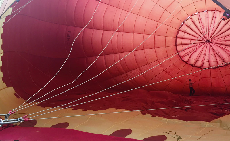 Die letzten Vorbereitungen bevor der Heissluftballon abhebt