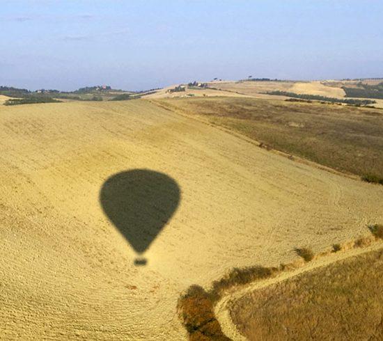 Ballonfahrt in der Toskana Blick ueber die Felder